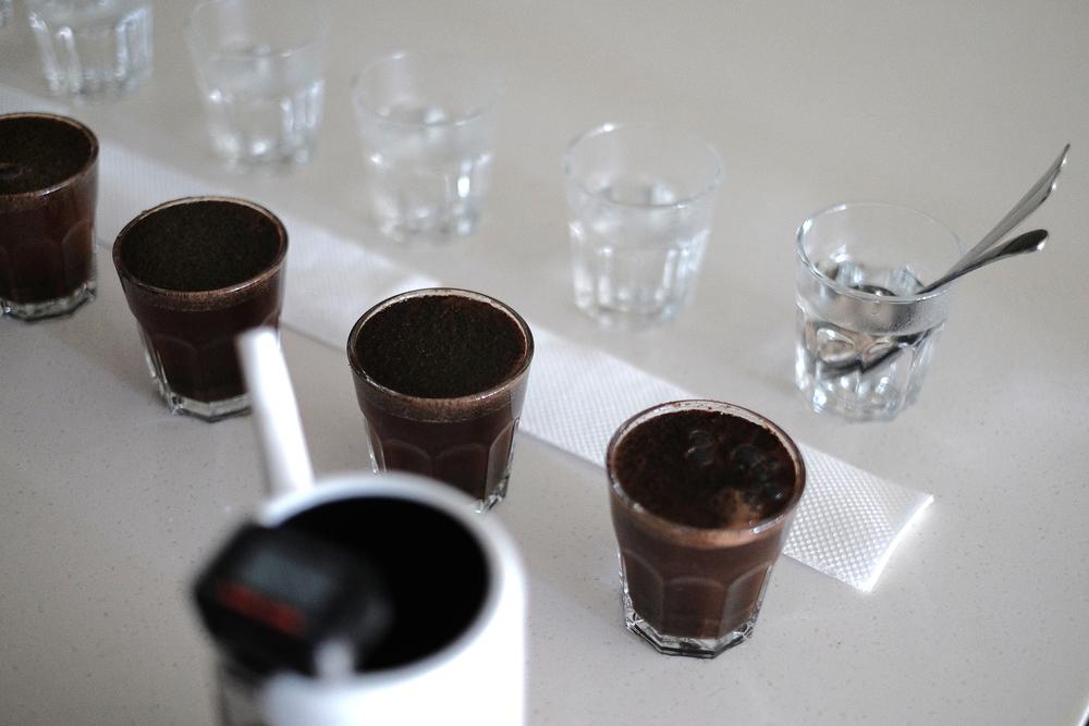 深烘焙的咖啡豆含水量較少,所以容易漂浮於咖啡表面,盡量撈除乾淨以免啜吸時滿口咖啡渣。