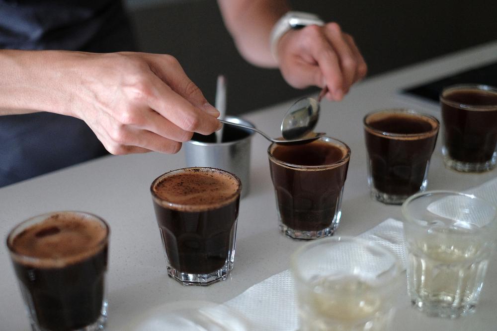 撈渣(remove the crust)–以兩支湯匙撈去浮於表面的咖啡渣,記得撈完一杯後要先以熱水潤洗過湯匙唷。