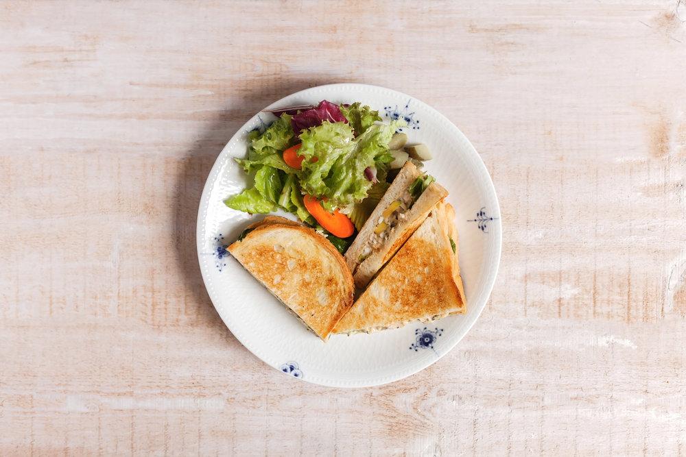 【松露拌蛋沙拉三明治】  (Truffle Egg Salad Sandwich)   優質的水煮蛋拌入美乃滋與松露蘑菇醬成了好吃的松露拌蛋沙拉,夾入烘得金黃香酥的脆皮吐司,搭配新鮮生菜一同盛盤,吃一口,松露獨特的風味與菇菇馥郁的香氣纏繞味蕾,味道美得剛剛好的三明治,滿足的完食後,接下來的一整天都會有好心情。