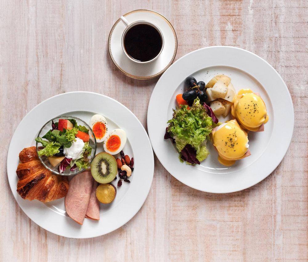 【可頌火腿早餐盤】  (Ham and hard-boiled egg Croissant with fruit salad)     香酥的可頌是早餐麵包中的經典。以當日早晨新鮮出爐的可頌麵包搭配季節水果、沙拉、水煮蛋與火腿成早餐盤,豐富但是清爽的口味組合適合早起、胃口還未開的人享用!   【經典班尼迪克蛋】  (Eggs Benedict)   雖說班尼迪克蛋真正的源起眾說紛紜,是美國飲食文化的未解之謎,但新鮮麵包、雞蛋、荷蘭醬與煎香火腿堆疊起來的早餐令人感到無比幸福,難怪是歷久彌新的經典口味。主廚特製布里歐麵包疊上一片煎香的火腿還有水波蛋,最後淋覆上一匙帶點順口微酸的荷蘭醬,點綴些巴西里!水波蛋在麵包上餘波盪漾的那份質地令人無盡的喜歡,時間的掌控是柔嫩、劃開能完美流淌出澄黃蛋液的要點!晨起,來到8%ICE CAFE吃早餐,就這樣愉快地一口接一口,在完食後正式展開精神元氣的一天!