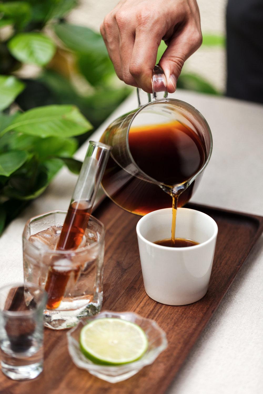 【手沖咖啡組合盤】   1.聞嗅咖啡乾粉香氣 2.飲用香醇熱咖啡 3. 品嚐明亮冰咖啡 4.將咖啡乾粉撒在檸檬片上享用