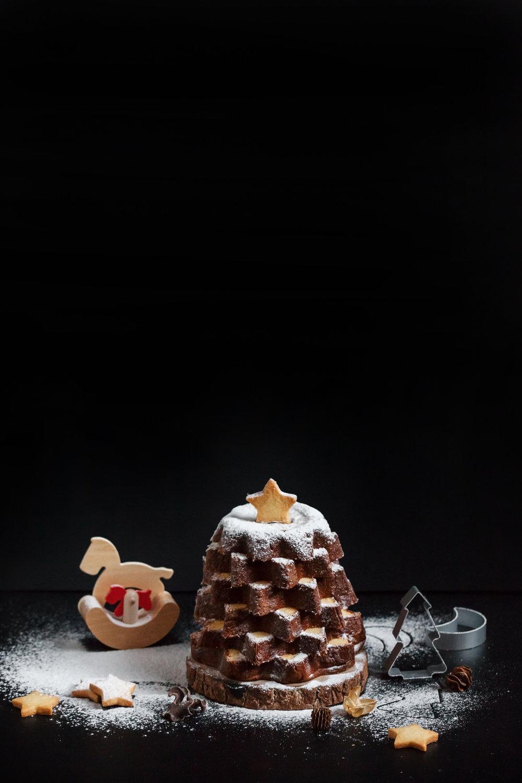 【義大利潘多洛黃金麵包】(Pandoro)   買回家的黃金麵包切片後可以和各種甜點醬汁一起搭配享用,例如鮮奶油香緹或卡士達都是常見;如果想自己做一顆麵包耶誕樹,橫切片後把整顆麵包重新立起並調整角度、最後用果乾裝飾就好囉。