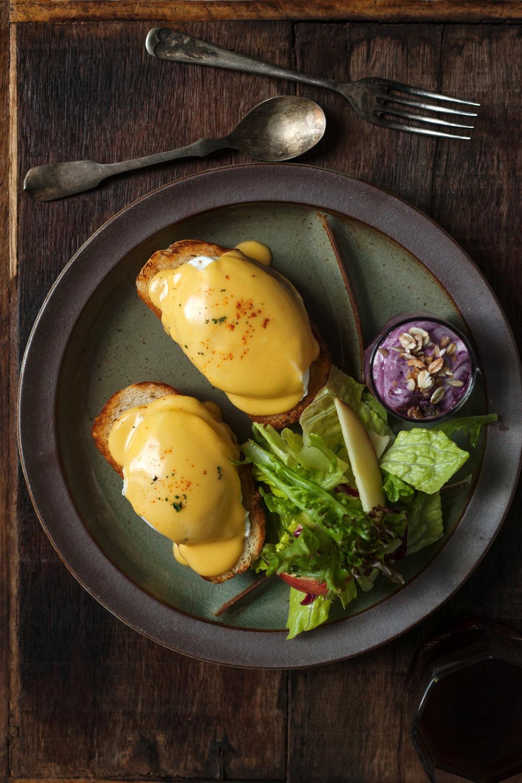 荷蘭醬( Hollandaise )目前是法式料理五種母醬汁(Mother Sauces )中的一員,但其實是18世紀才加入的新成員。荷蘭醬最經典的吃法是搭配水波蛋享用,如果加入龍蒿與火蔥(tarragon and shallots),那就成了法式伯那西醬汁(Bearnaise Sauce),是牛排的好朋友唷。