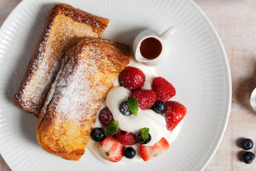 【季節水果法式吐司】  (French Toast With Seasonal Fruit)   把早晨剛出爐的布里歐吐司浸入添了牛乳的蛋液中,讓它安靜睡一天,吸飽了蛋汁的吐司麵包開始蓬鬆、軟嫩,成了與平常吐司截然不同的存在。第二天,將吐司取出煎得嫩黃上色,撒上糖粉與水果、楓糖一起遞給你,切開,擁有雲朵般細嫩的質地、嚼進口中的則是品質好的雞蛋、牛乳與糖,這是最不令人厭倦的醇郁滋味!