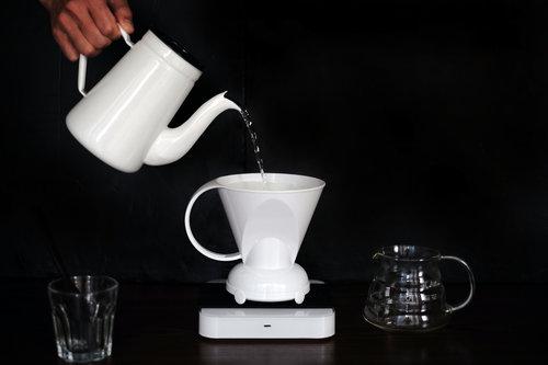 水量大時衝擊力道強,咖啡粉容易翻滾,萃取率會比較高;水量小時咖啡攪動較少,萃取率低。若水量忽大忽小,我們就無法準確掌控每次注水的萃取量,品質的穩定度自然也會受影響。注水穩定,咖啡品質自然穩定 。