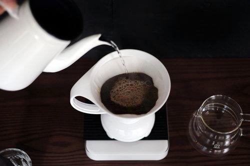 注水速度快,則萃取時間縮短,反之則否。若使用傳統濾杯,注水時需小心不要碰到濾紙(至少離濾紙約0.5公分),否則水流會直接略過咖啡粉流至咖啡壺中,連帶影響咖啡最後的風味。但聰明濾杯是以浸泡的概念為設計原則,所以就算熱水碰到濾紙也不要緊唷。