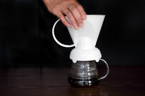 不需使用濾紙的金屬濾杯能完整保存咖啡自身的油脂,陶瓷材質的濾杯保溫效果則較塑膠材質來得好,而不同於聰明濾杯可控制浸泡時間,傳統的楔形有屬於自己的沖泡手法,同一款咖啡以不同的濾杯萃取,手法應該相應調整,風味自然各有風采。