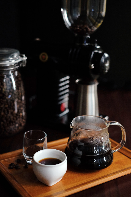 除了7支單品產區咖啡,我們的咖啡師也特別以四種產區豆–哥倫比亞、瓜地馬拉、哥斯大黎加與日曬耶加雪菲–調出8%ice獨賣的配方豆【日光行旅】,以中深焙烘出沉潛的煙燻口感與可可調性,是專屬於我們的自家品牌豆。