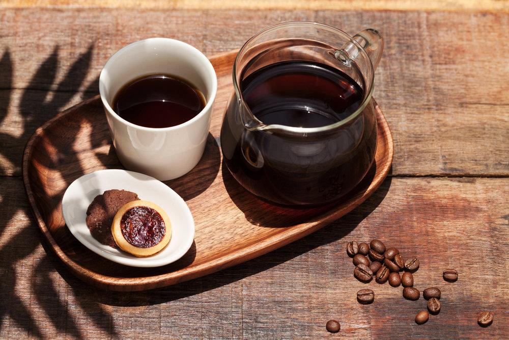 【8%ice 食尚信義系列手沖咖啡】 和8%ICE CAFE的呈現方式不同,在食尚信義的手沖系列會搭配兩片自家製的手工餅乾一起遞給你,咖啡配手工餅乾,多好的風味!