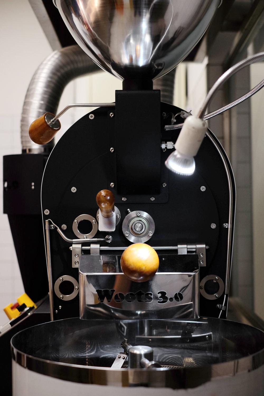 架設於食尚信義後方的是Woots 3.0 半熱風咖啡烘焙機,機器表現穩定,每批烘焙出來的豆子都能維持良好的品質。在8%ice,我們每三天烘焙一次豆子,確保每批送至客人手中的都是最新鮮的好味道。