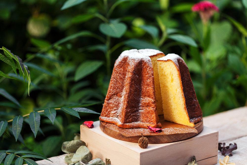 在8%ice,我們的潘多洛黃金麵包採用了需要花去48小時的冷藏低溫發酵法,呈現出它又香又軟的口感,是吃起來綿密的甜點麵包;於麵包內摻有些許檸檬皮絲,所以品嚐起來有淡淡的柑橘清香。
