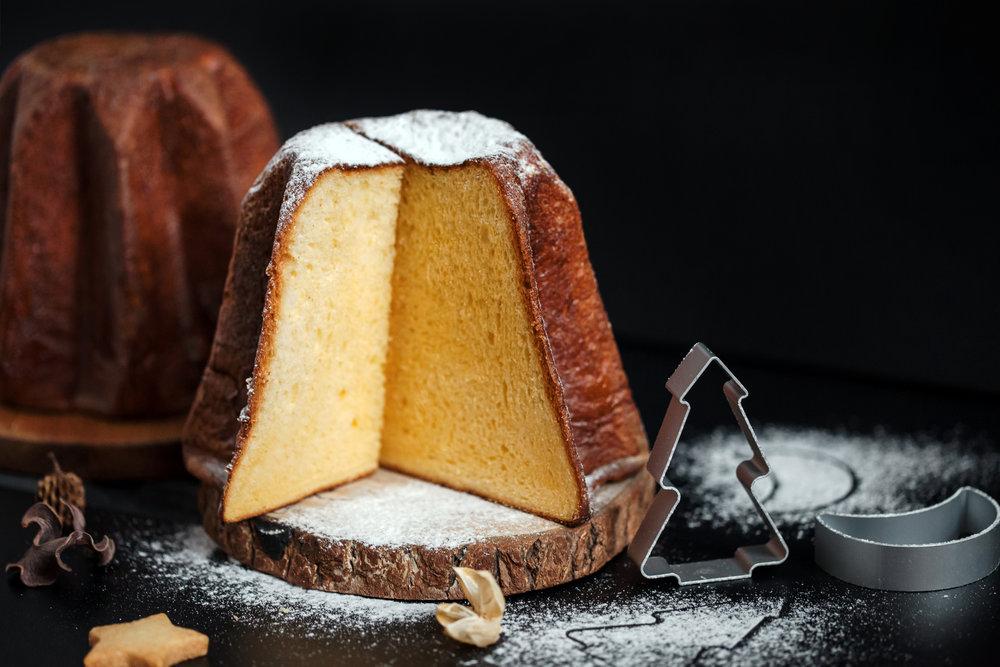 黃金麵包的口感其實更近似於蛋糕,這是因為揉進麵團中的蛋黃與麵粉比例是1:1,潘多洛金黃的主色調就是源於用料中大量的蛋黃。