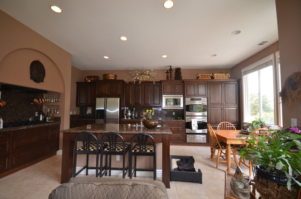 "<strong>Cabinets & Molding</strong><a href=""/contact""><a>"