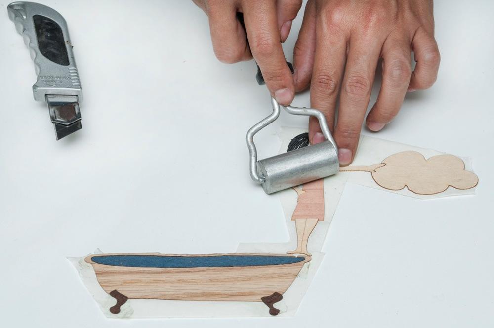 7.Para fixar bem, o desenho é pressionado com um rolinho.