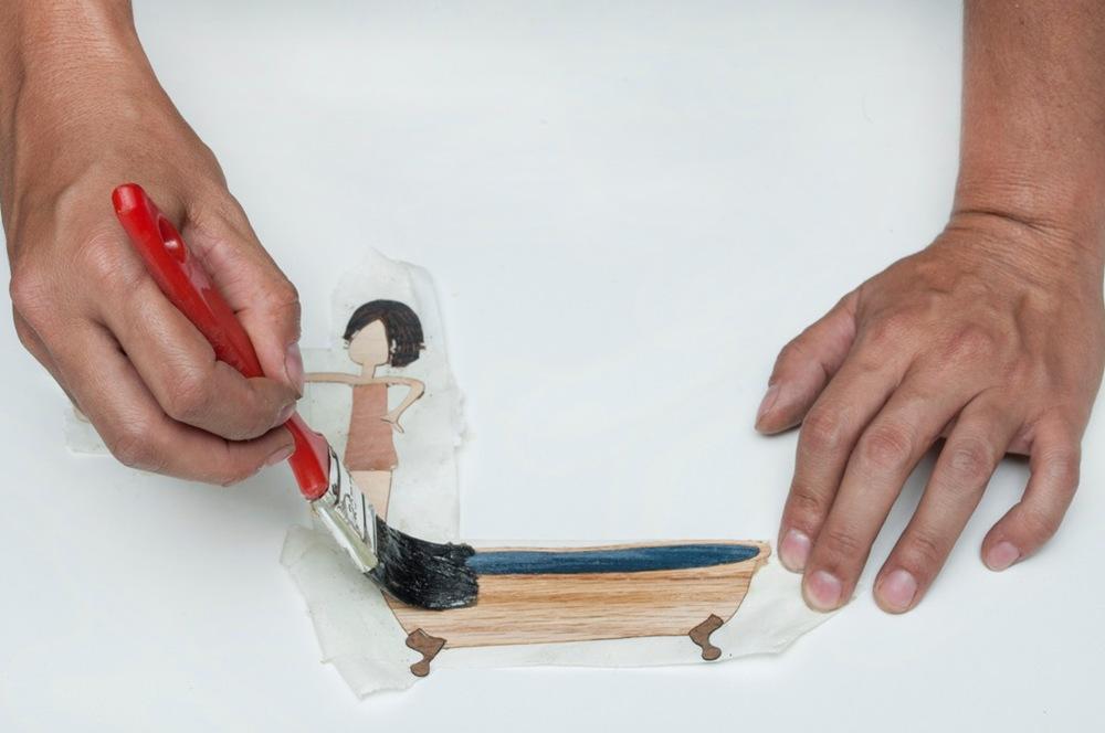 11.Passa-se cola de sapateiro no molde de madeira e também nas lâminas.