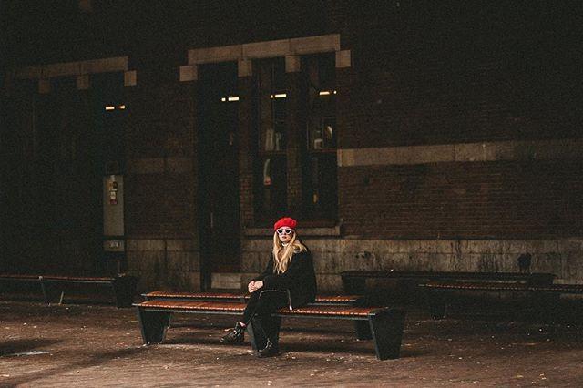 Esta é a Garota da Boina Vermelha de Amaterdan . Se ela apareceu pra você é porque o seu ano novo ja começou sapeca, cheio de surpresas e histórias boas pra contar. Lembre-se: a vida é uma boca a ser beijada mas a vida da só gosta quem gosta de viver a vida! Aproveite bem o seu tempo!