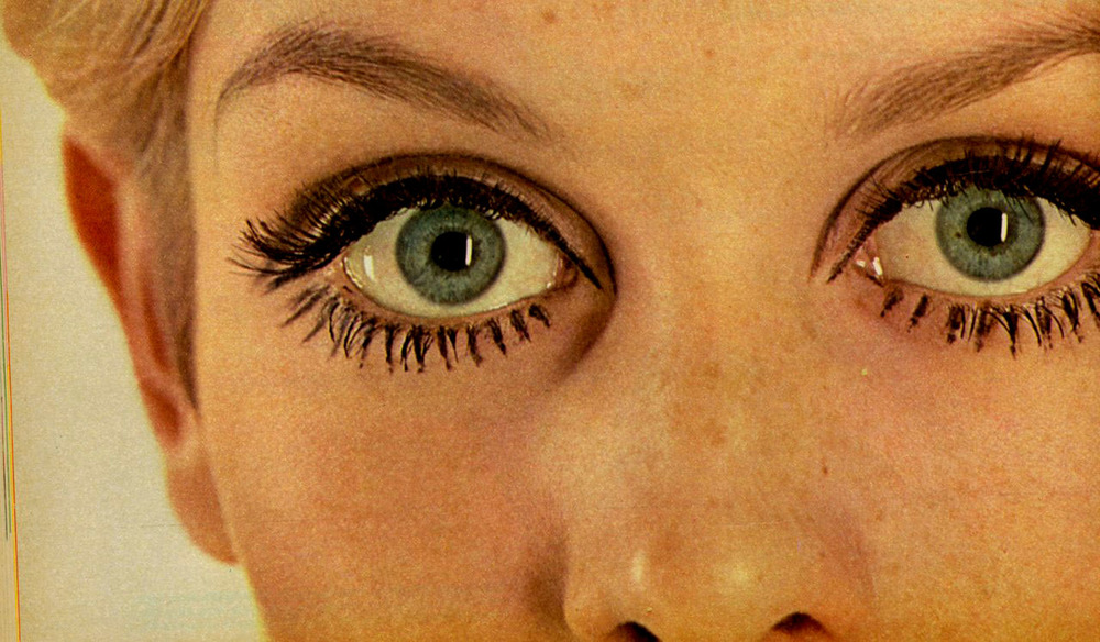 Twiggy painted her eyelashes onto her skin then added 3 pairs of fake eyelashes to her own lashes.