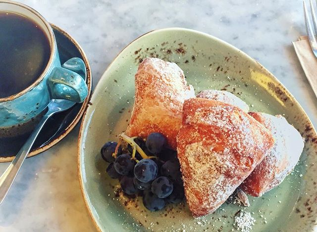 Jazz it up with NOLA inspired beignets at Cafe de Besaws! They're fluffy, they're bacon infused, and they're coated in powdered sugar. More like beignYAY 😍🍴