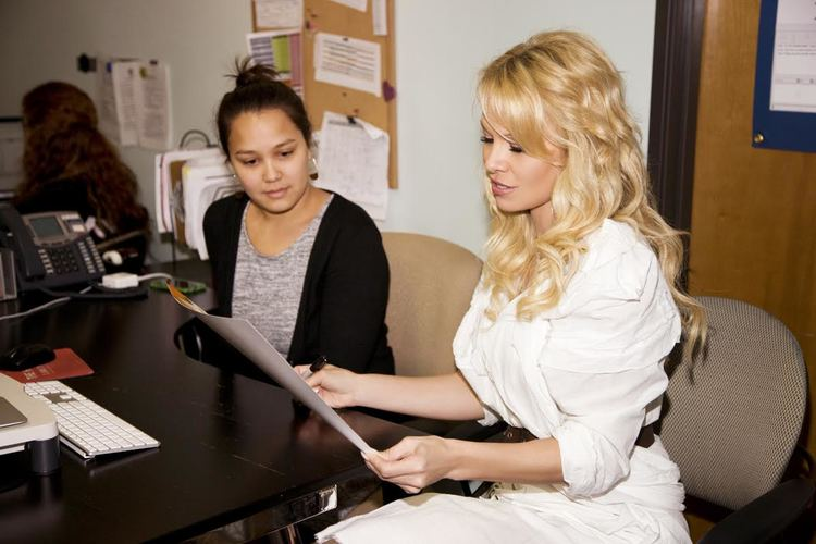 Pamela Anderson speaks with advocates during her 2015 visit to The Hotline.