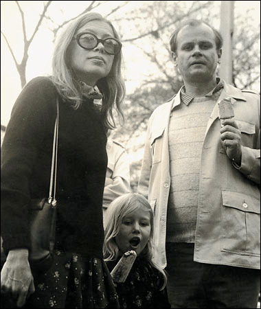 Joan Didion, John Gregory Dunne and Quintana Roo Dunne in Central Park, NY. 1970 © Dominick Dunne