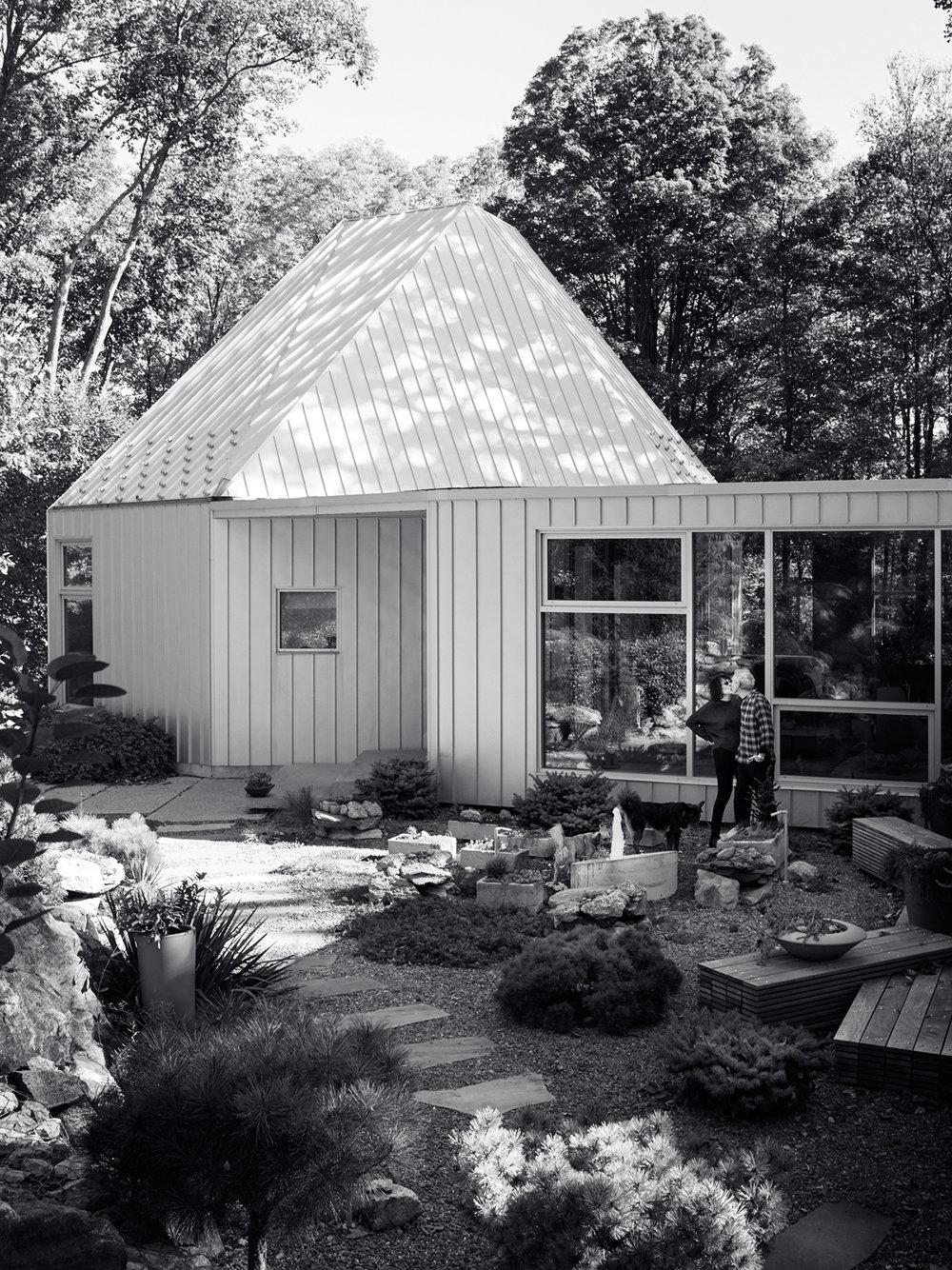Minter and her hubby, Bill Miller, kissing in their succulent backyard garden.