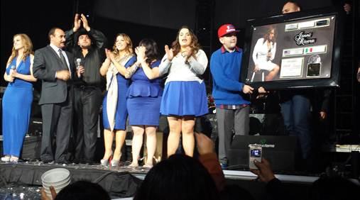 De izquierda a derecha: Rosie Rivera, Antonio Silva (Gerente General Fonovisa/Disa Mexico y USA), Juan Rivera, Chiquis, Jacqie, Jenicka, Johnny