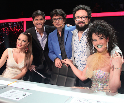 El conductor Alfonso (Poncho) de Anda junto a los jueces Cynthia Rodríguez, Héctor Martínez, Esewey y Niurka Marcos