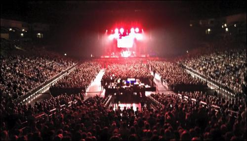 Foto superior izquierda: Juanes invita a Fonseca al escenario de Historic Olympia Theatre, en París. Foto superior derecha e inferior: Juanes y Carlos Santanaen el O2 World Arena, en Berlín (víaJuanes Facebook).