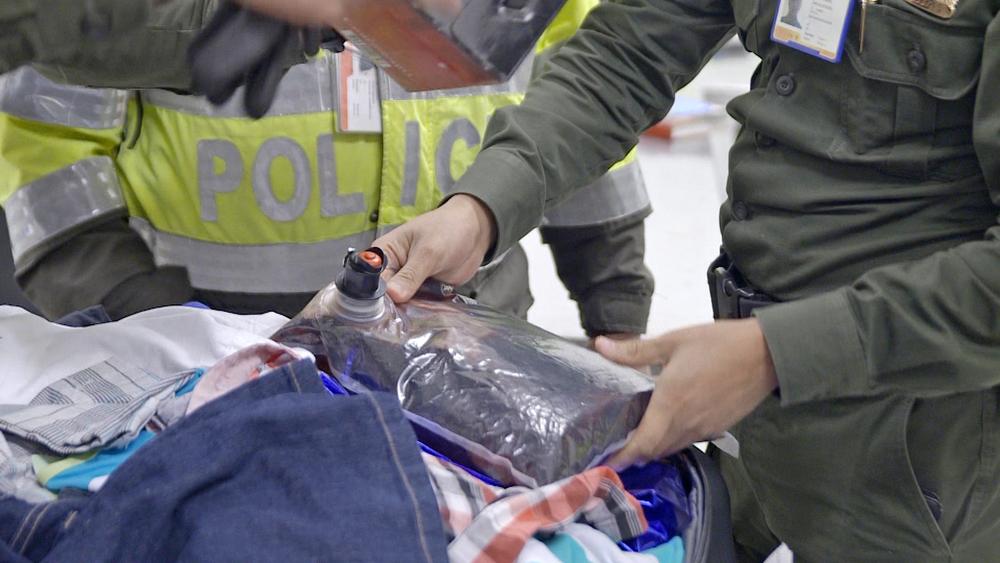 Oficiales descubren bebida sospechosa.jpg
