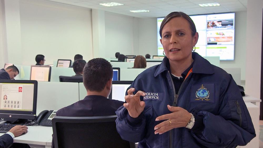 Oficial de Interpol explica sus tareas.jpg