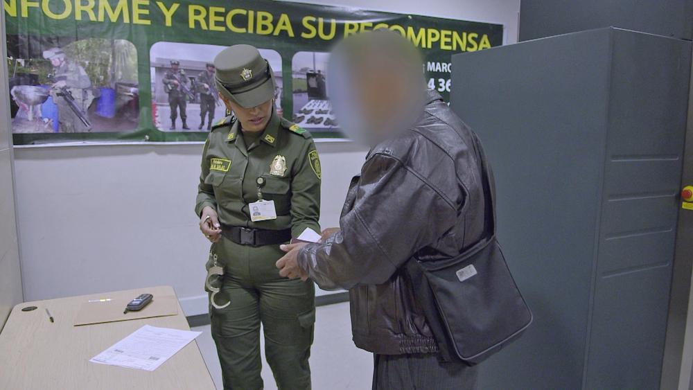 La patrullera esposa al detenido.jpg