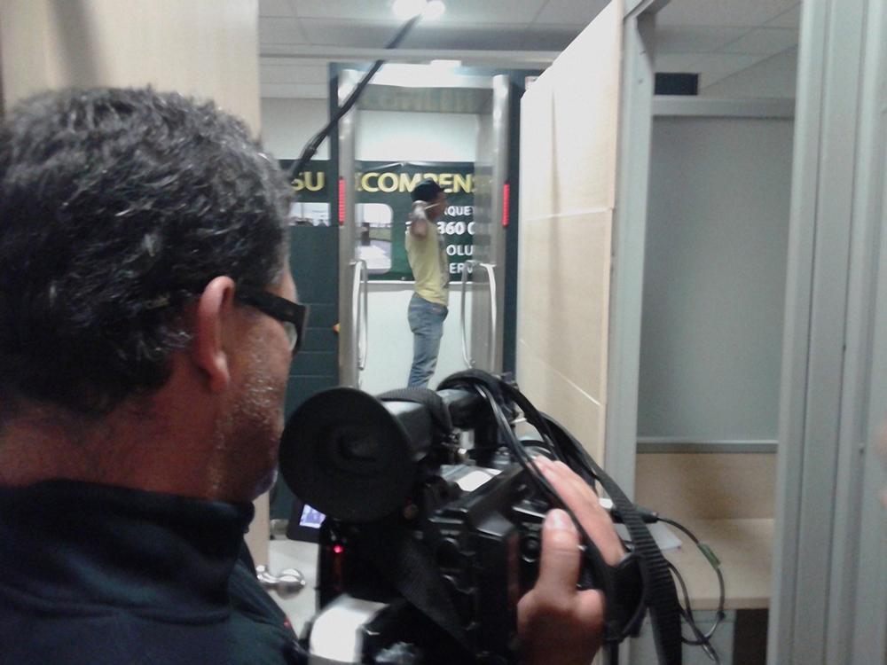 Un pasajero pasa por el body scan.jpg