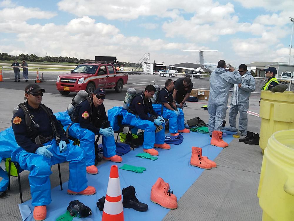 El equipo de Bomberos del Aeropuerto El Dorado.jpg