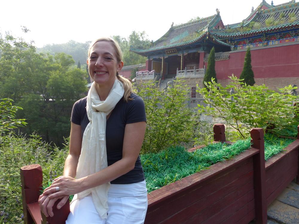 Julie_devant temple_KungFu.JPG