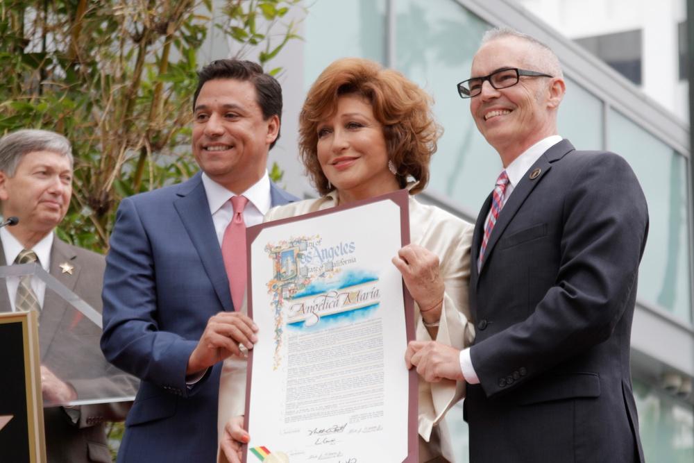 Angelica Maria recibe reconocimiento JOSE.jpg