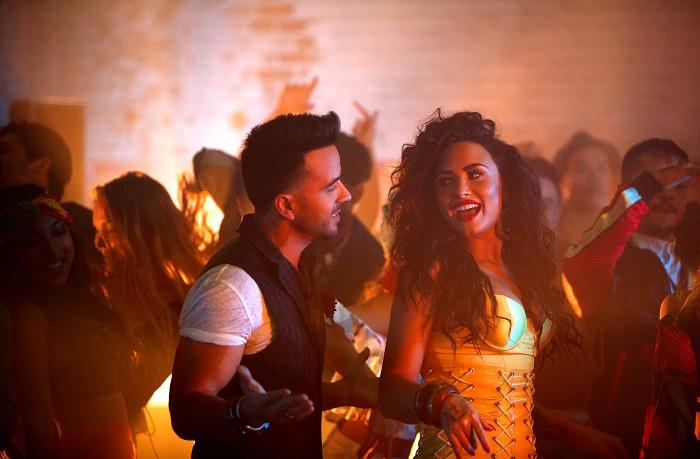 """MIAMI, FL. (11 de enero, 2018).-Luis Fonsi,ganador de cinco Latin GRAMMY®, sigue liderando la radio y listas digitales con su nuevo sencillo junto a Demi Lovato: """"Échame la culpa"""" .  Desde el estreno de """"Échame la culpa"""" el pasado noviembre,Luis Fonsi ha logrado colocarse en la posición Nº 6 de la lista global de Spotify, siendo la canción Nº 1 en español.  Además, el sencillo ha certificado 6 Discos de Platino en Estados Unidos, se encuentra en el Top 10 de la lista global de Shazam y se ha mantenido en el Nº 1 en numerosos países como: España, México, Argentina, Chile, Costa Rica, Guatemala, Perú, Bolivia, entre otros. Así como los primeros lugares en países como Suecia, Francia y Alemania.  El video clip de la canción ha alcanzado en ocho (8) semanas más de 500 millones de reproducciones, con lo que nuevamente  Luis Fonsi marca un precedente para la música Latina en el mundo.   Fonsi , quien es actualmente uno de los Top 4 artistas masculinos con mayor venta digital mundialmente, viajará a la ciudad de Nueva York para ofrecer junto a  Daddy Yankee una gran presentación del fenómeno global  """"Despacito"""" en la 60 Entrega Anual del GRAMMY®, la cual se llevará a cabo el próximo 28 de enero y será transmitida por la cadena CBS. Ambos artistas se encuentran nominados en tres importantes categorías: """"Grabación del Año"""", """"Canción del Año"""" y """"Mejor Interpretación Pop Dúo/Grupo"""".   A partir de febrero, Fonsi  continuará recorriendo diferentes países del mundo con su exitoso  """"Love and Dance World Tour"""" y participarátambién en importantes festivales de música como el Festival Viña del Mar en Chile entre otros. (Para ver todas las fechas visita: www.luisfonsi.com ).  Como si esto fuera poco, el día de ayer se conoció que  Fonsi recibió siete nominaciones a los iHeartRadio Music Awards en las categorías: """"Artista Latino del año"""", """"Canción del año"""", """"Mejor Colaboración"""", """"Canción Latina del año"""", """"Mejor Remix"""", """"Mejor Video Musical"""" y """"Mejor Composición"""". La ceremonia de premio"""