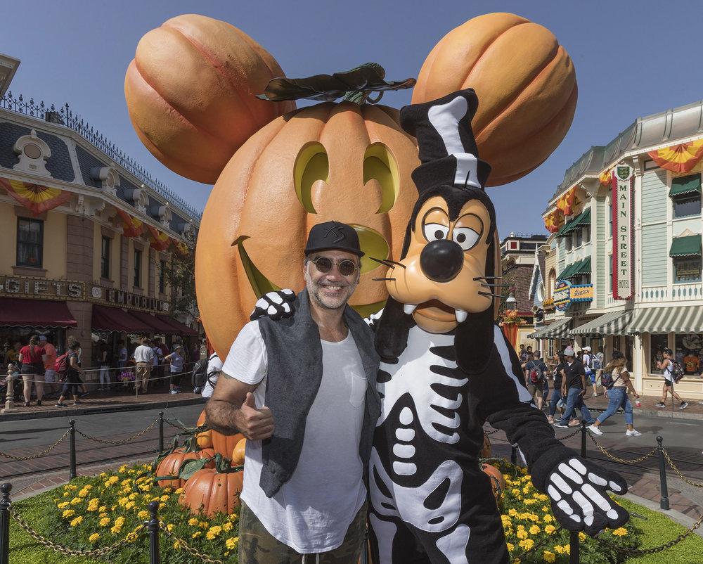 Alejandro Fernández with Goofy at Disneyland Park - Halloween Time - Jack-O-Lantern - Pumpkin - 9/20/18 (Joshua Sudock/Disneyland Resort)