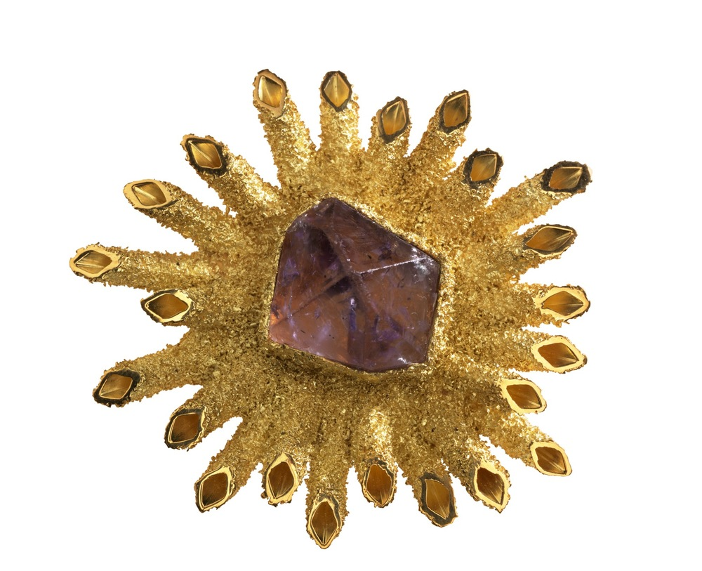 Brooch of 18-carat yellow gold radiating square tubes covered with granulation and set with natural crystal of amethyst, 1963