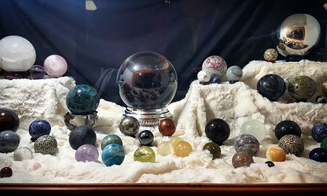 Dreaming of this as a permanent installation in my home... 😍😍😍 #crystals #crystalspheres #crystalball #crystaltherapy  #treasuresoftheearth #gemshow