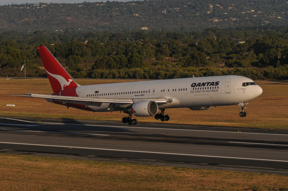 Qantas Boeing 757 over the threshold