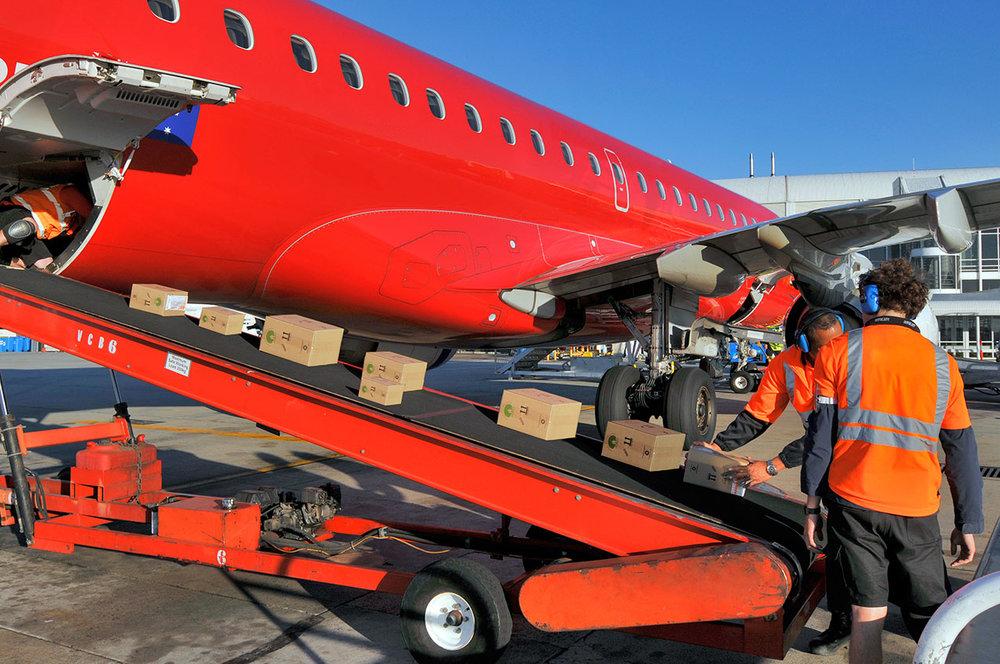 unloading_red_airliner.jpg