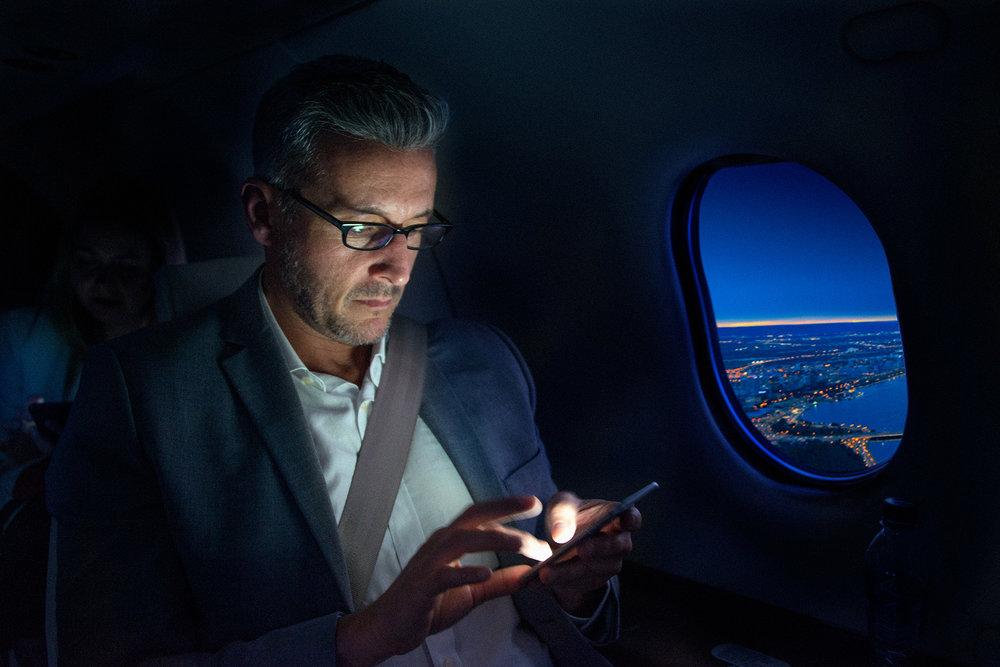 man_phone_aircraft_night_sityscape.jpg