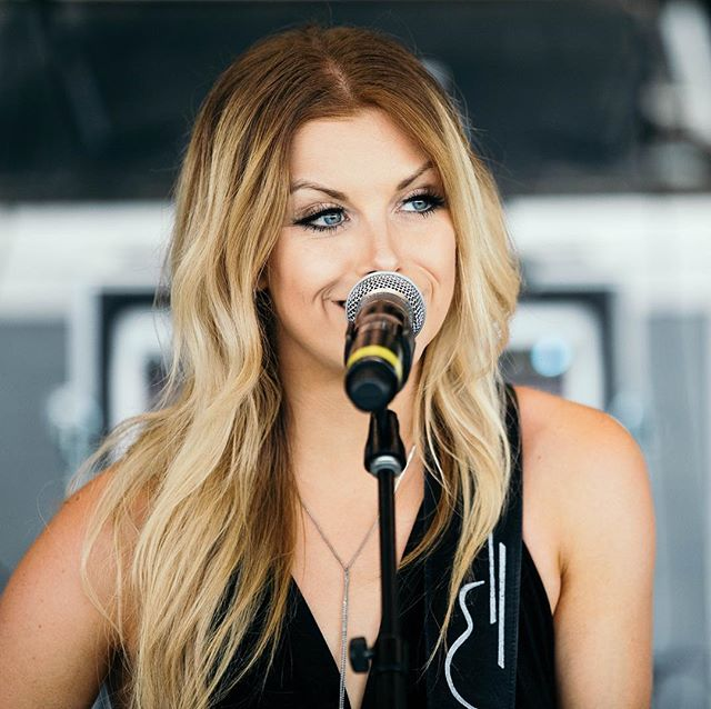 Happy Birthday @lindsayell! 🎂🎉🎁🎈