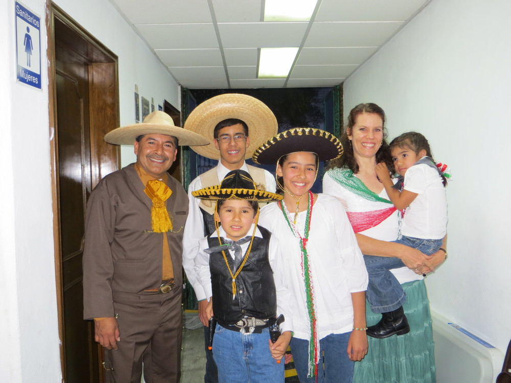 Family picture after the Noche Mexicana