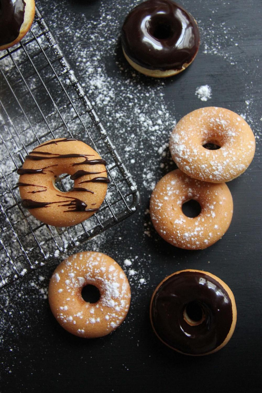 Mini donuts nature, glacés au chocolat - www.theflyingflour.com