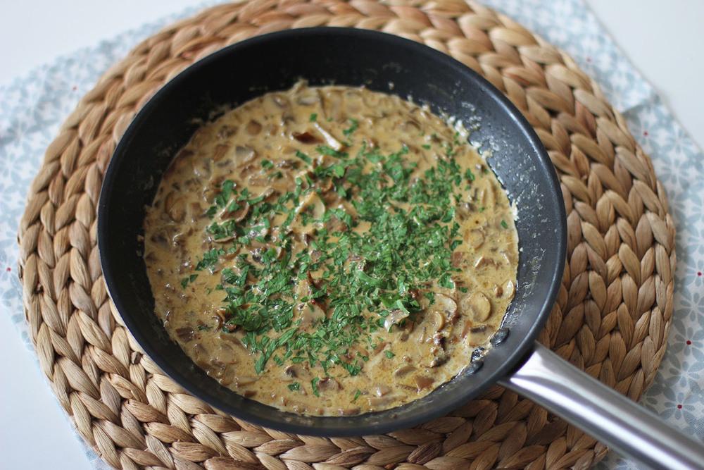 Sauce aux champignons pour pâtes | www.theflyingflour.com