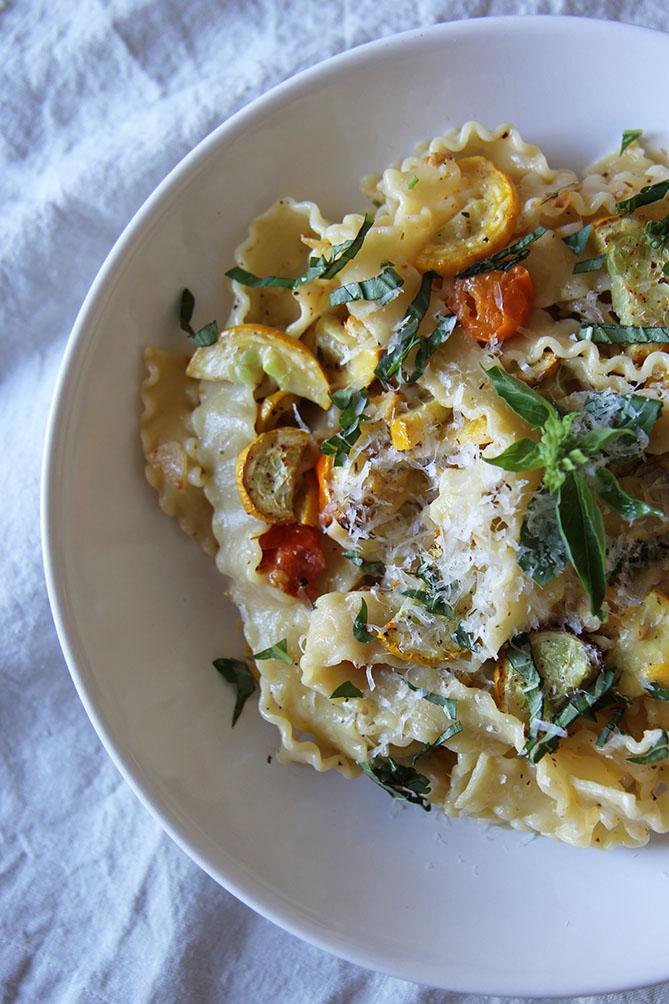 Pâtes aux courgettes rôties, tomates cerises et basilic | www.theflyingflour.com