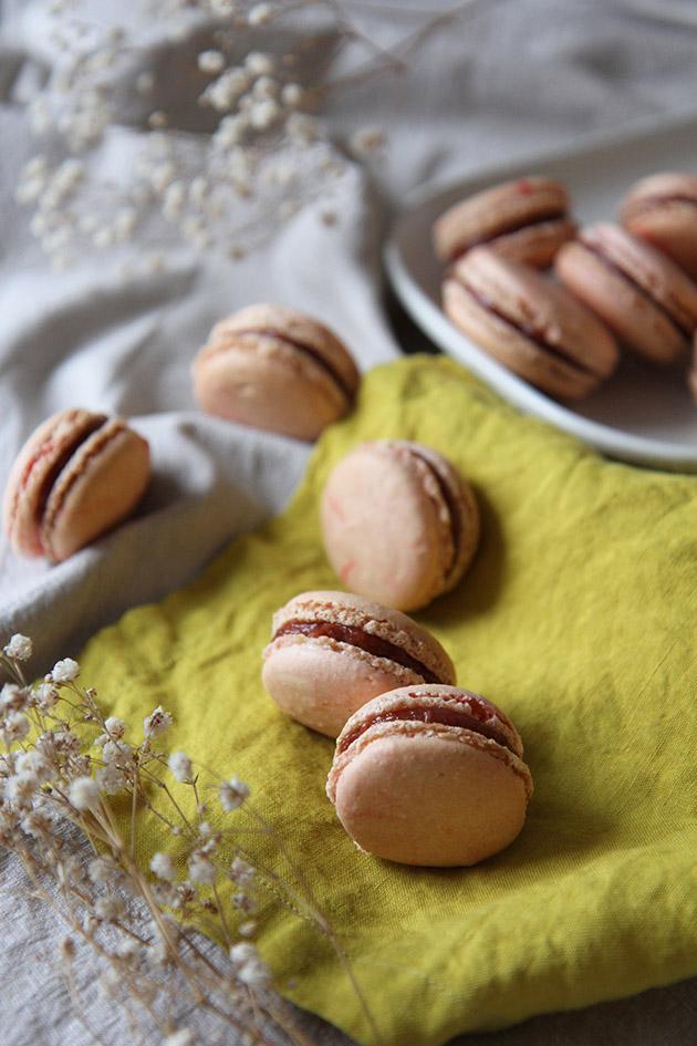 Macarons rhubarbe | www.theflyingflour.com