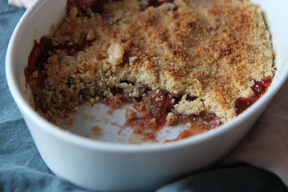 Crumble fraise & rhubarbe | www.theflyingflour.com