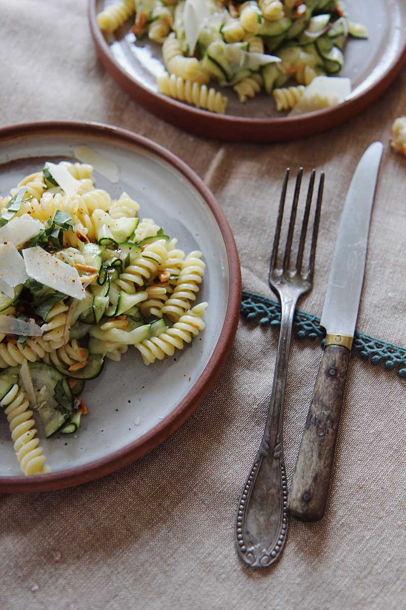 Salade_courgette_fusilli_parmesan_amandes_the_flying_flour